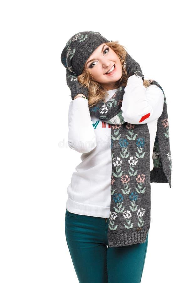 Download Πορτρέτο της γυναίκας στην άσπρη φθορά υποβάθρου Στοκ Εικόνα - εικόνα από καπέλο, closeup: 62700387