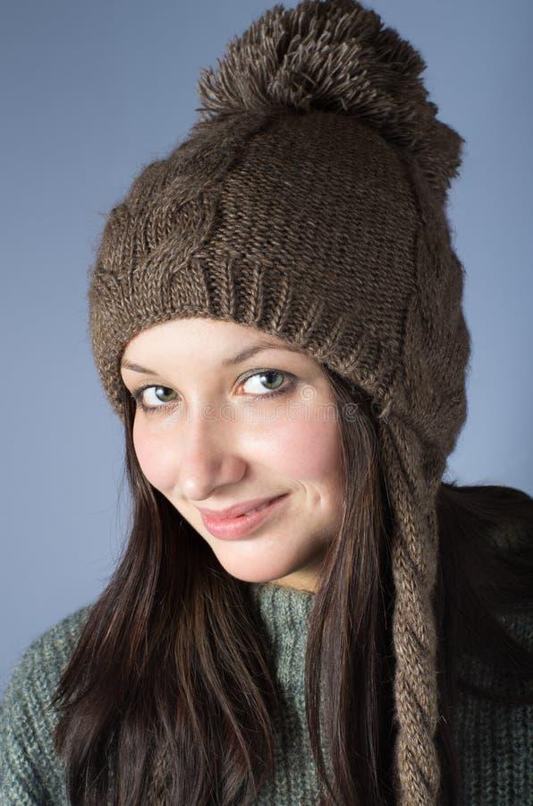 Πορτρέτο της γυναίκας στη γυναικεία κάλτσα ΚΑΠ στοκ φωτογραφίες με δικαίωμα ελεύθερης χρήσης