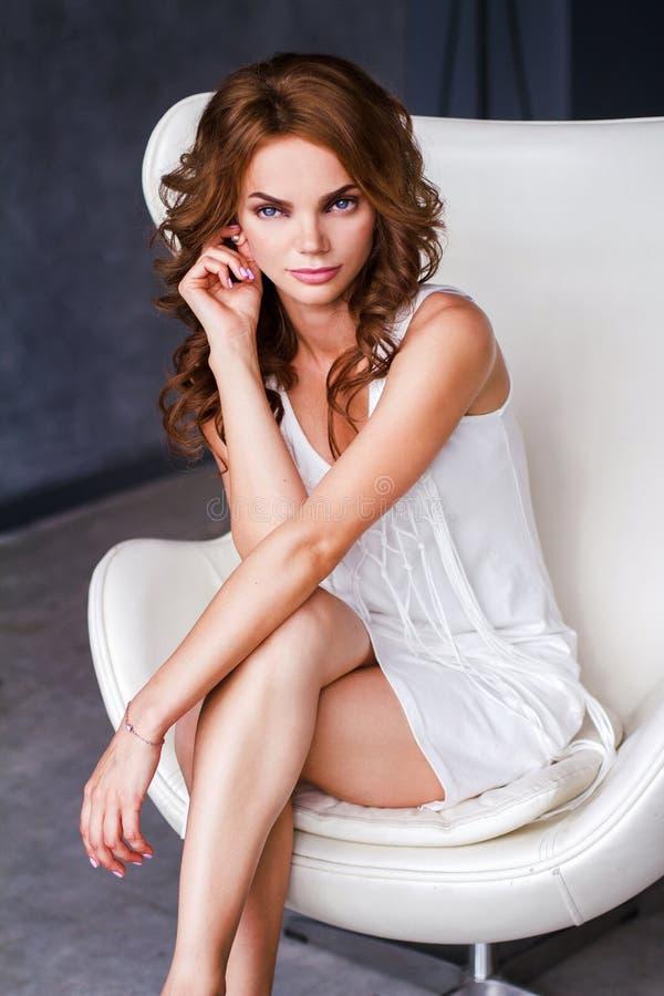 Πορτρέτο της γυναίκας στο άσπρο φόρεμα στοκ φωτογραφίες