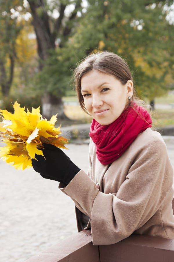 Download Πορτρέτο της γυναίκας το φθινόπωρο Στοκ Εικόνα - εικόνα από υπαίθριος, πόλη: 62722105
