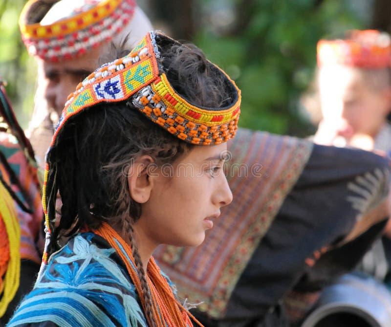 Πορτρέτο της γυναίκας φυλών Kalash στο εθνικό κοστούμι στο φεστιβάλ Joshi, Bumburet, Πακιστάν στοκ εικόνα