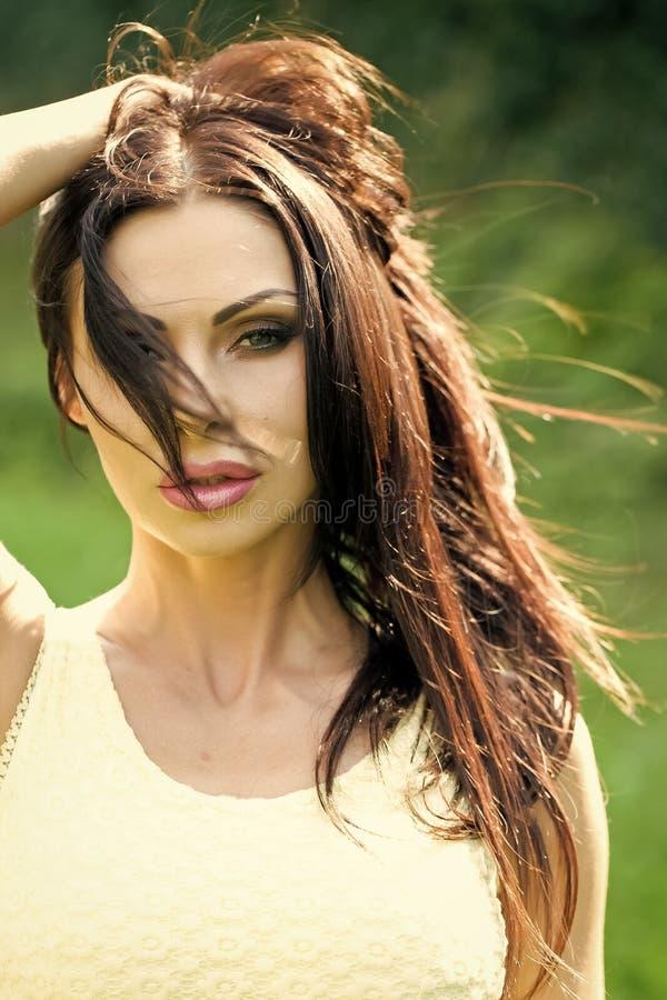 Πορτρέτο της γυναίκας brunette υπαίθριο στοκ εικόνα