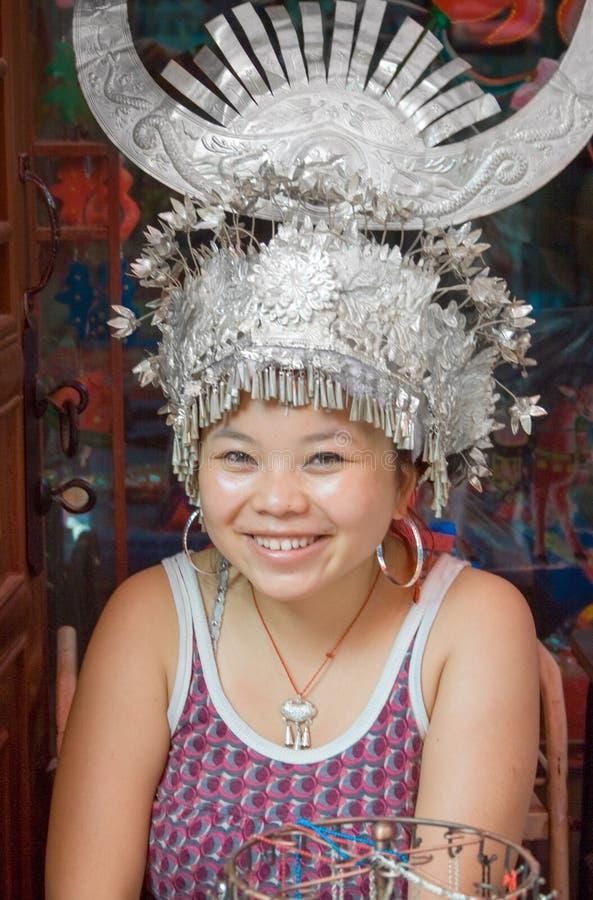 Πορτρέτο της γυναίκας Miao με το ασημένιο καπέλο κέρατων Οι άνθρωποι Miao διαμορφώνουν μια από οι μεγαλύτερες εθνική μειονότητα σ στοκ φωτογραφία με δικαίωμα ελεύθερης χρήσης