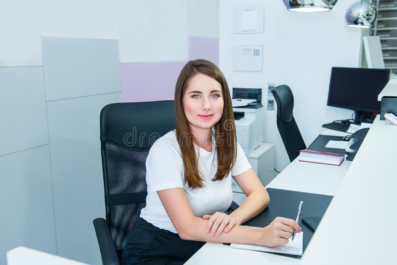 Πορτρέτο της ειδικευμένης διοικητικής συνεδρίασης διευθυντών στον εργασιακό χώρο γραφείων της και της παραγωγής των σημειώσεων Ικ στοκ εικόνες