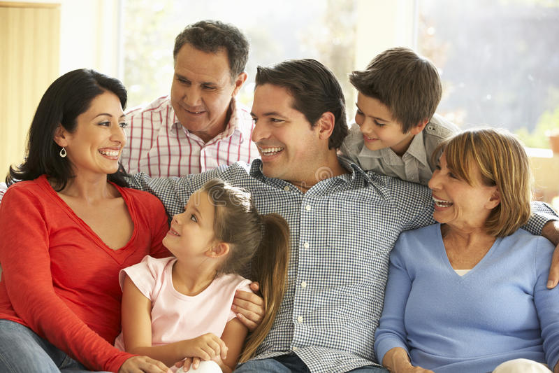 Πορτρέτο της εκτεταμένης ισπανικής οικογένειας που χαλαρώνει στο σπίτι στοκ φωτογραφίες