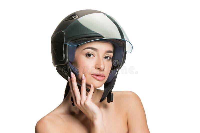 Πορτρέτο της ελκυστικής γυναίκας στο κράνος μοτοσικλετών στοκ εικόνες