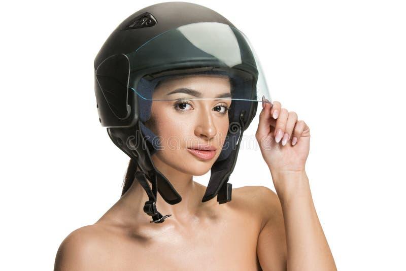Πορτρέτο της ελκυστικής γυναίκας στο κράνος μοτοσικλετών στοκ φωτογραφίες