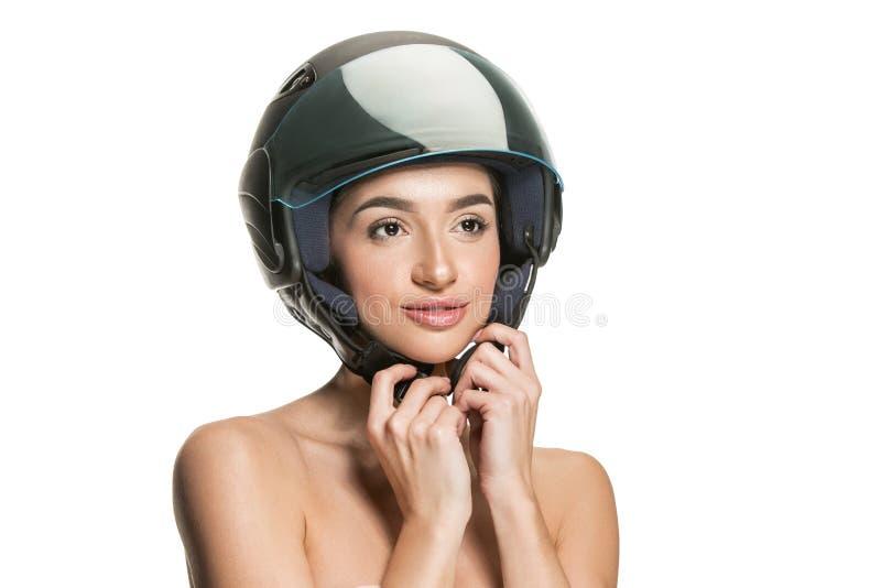 Πορτρέτο της ελκυστικής γυναίκας στο κράνος μοτοσικλετών στοκ φωτογραφία με δικαίωμα ελεύθερης χρήσης
