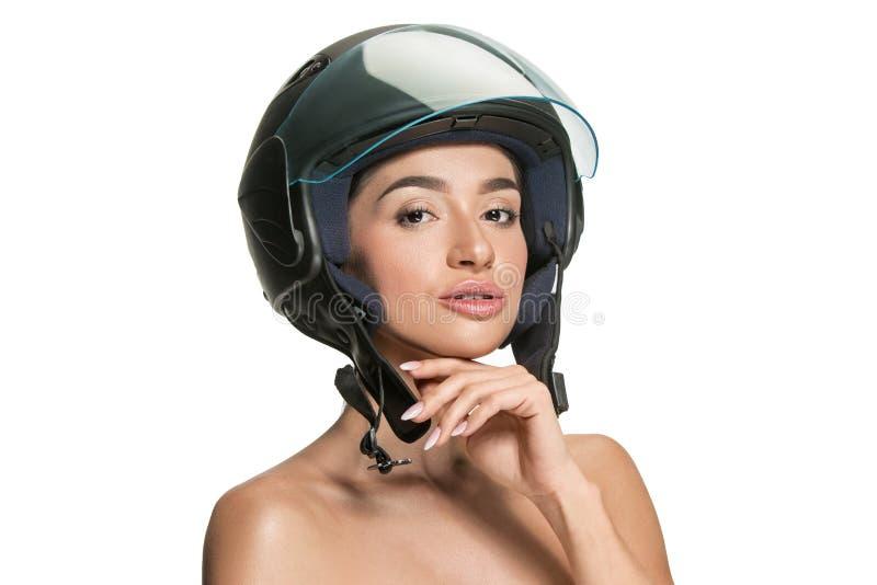 Πορτρέτο της ελκυστικής γυναίκας στο κράνος μοτοσικλετών στοκ εικόνα με δικαίωμα ελεύθερης χρήσης