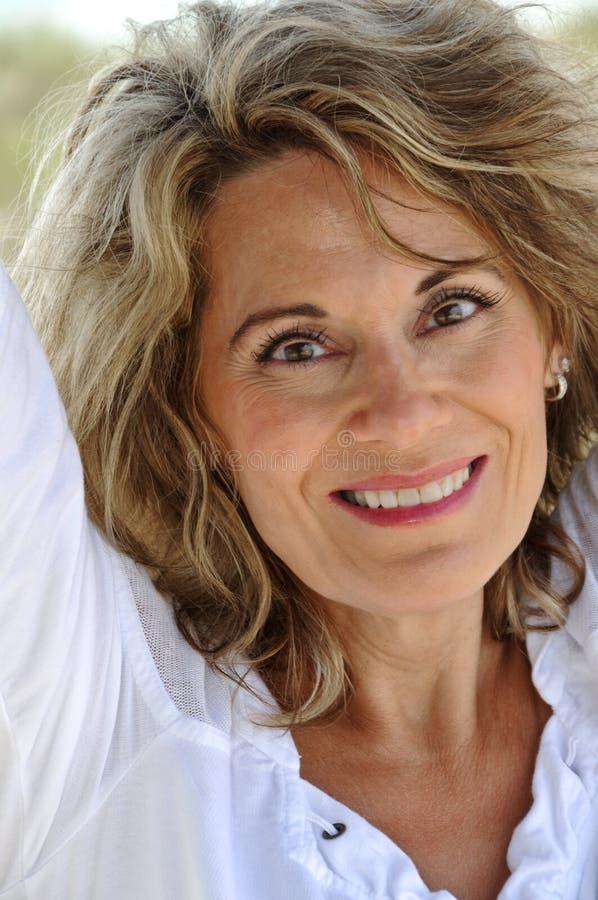 Πορτρέτο της ελκυστικής γυναίκας στοκ φωτογραφίες με δικαίωμα ελεύθερης χρήσης
