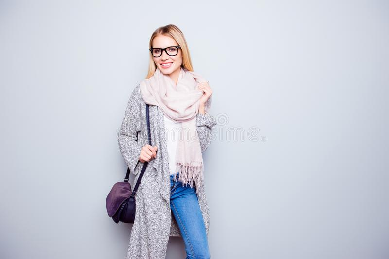 Πορτρέτο της ελκυστικής ευτυχούς απρόσεκτης νέας γυναίκας με την ακτινοβολία του s στοκ φωτογραφίες με δικαίωμα ελεύθερης χρήσης