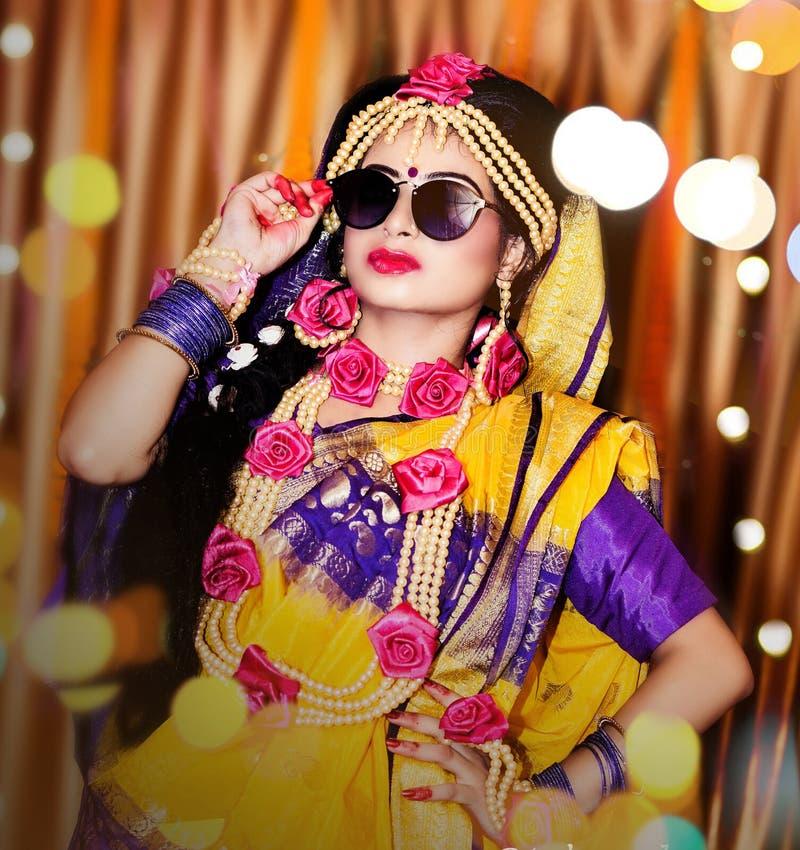 Πορτρέτο της ελκυστικής ινδικής ινδής νύφης στοκ εικόνα