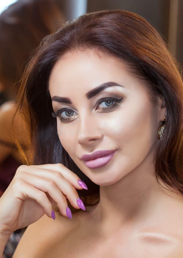 Πορτρέτο της ελκυστικής νέας γυναίκας με την όμορφα σύνθεση και το μανικιούρ στοκ εικόνες