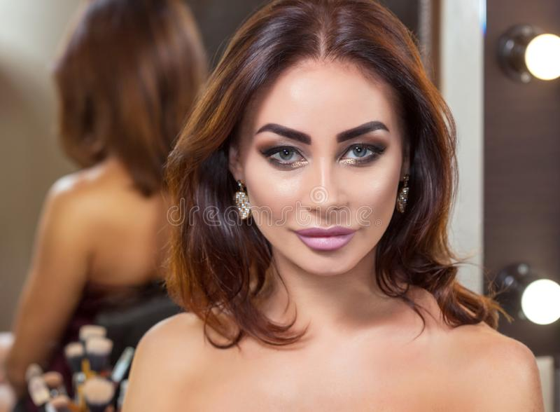 Πορτρέτο της ελκυστικής νέας γυναίκας με την όμορφη σύνθεση στοκ εικόνα