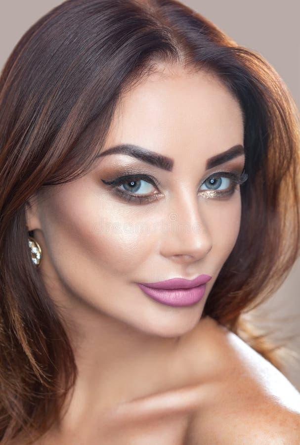 Πορτρέτο της ελκυστικής νέας γυναίκας με την όμορφη σύνθεση στοκ φωτογραφία με δικαίωμα ελεύθερης χρήσης