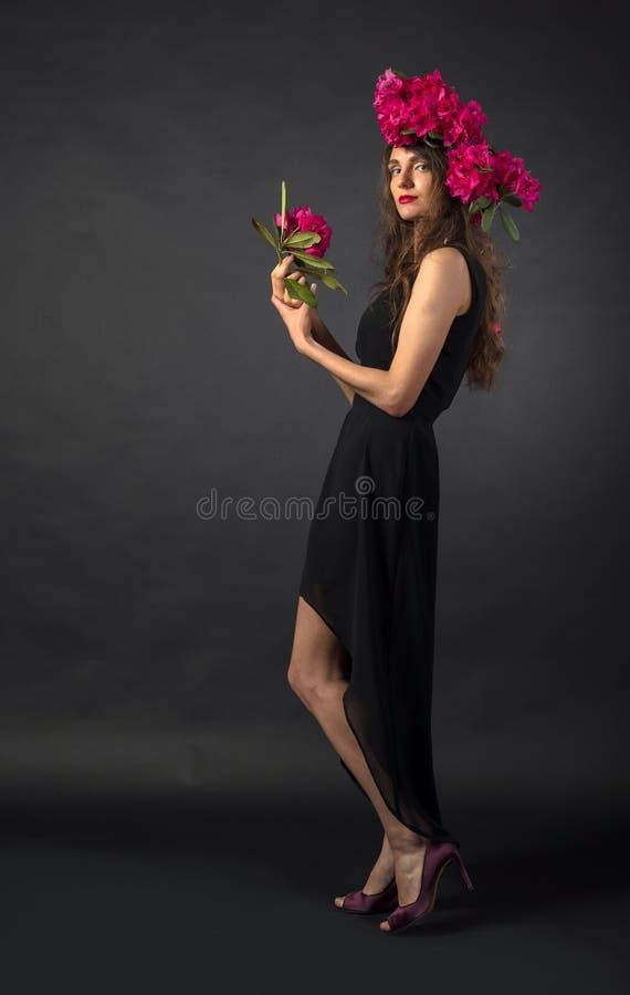 Πορτρέτο της ελκυστικής νέας γυναίκας με τη μακριά σγουρή τρίχα και του στεφανιού σε ένα κεφάλι στοκ εικόνες με δικαίωμα ελεύθερης χρήσης