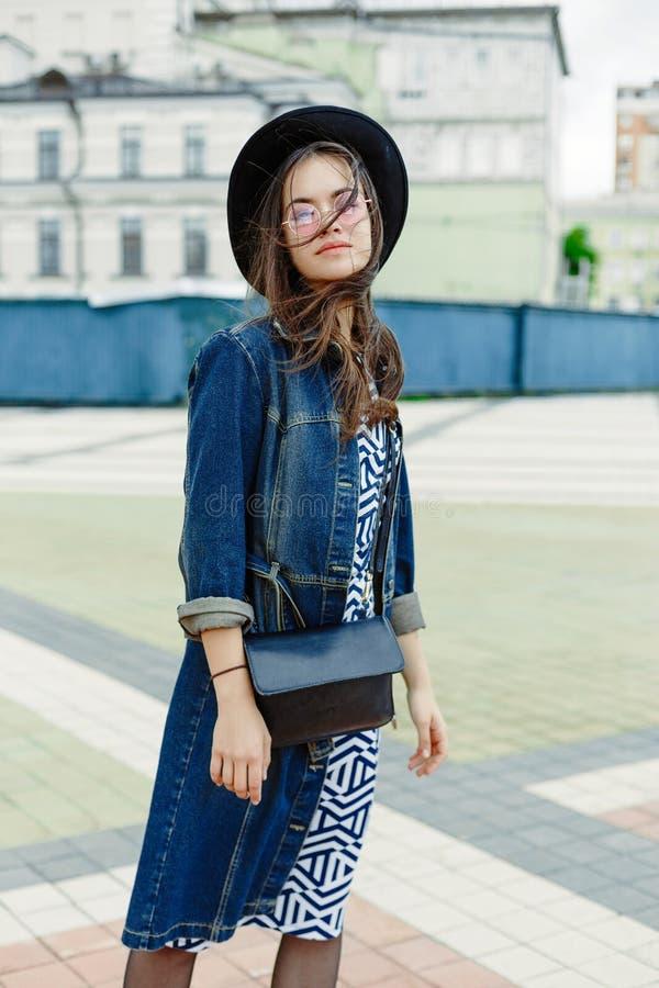 Πορτρέτο της ελκυστικής νέας γυναίκας στα μοντέρνα γυαλιά στοκ φωτογραφία με δικαίωμα ελεύθερης χρήσης