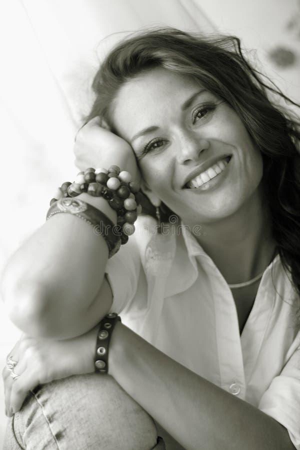 Πορτρέτο της ενήλικης γυναίκας. Σέπια που τονίζεται. στοκ εικόνα με δικαίωμα ελεύθερης χρήσης