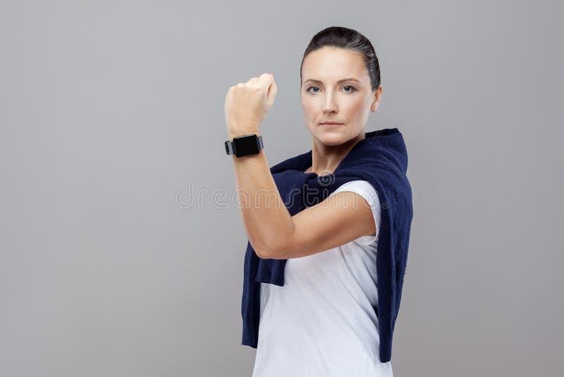 Πορτρέτο της εξουσίασης της γυναίκας brunette στα περιστασιακά ενδύματα με το jea στοκ εικόνες