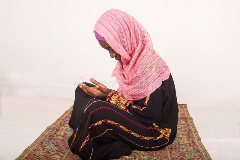 Πορτρέτο της επίκλησης της μουσουλμανικής γυναίκας, στο εσωτερικό στοκ εικόνες