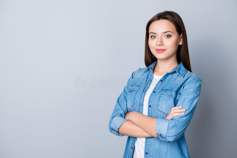 Πορτρέτο της επιτυχούς, όμορφης επιχειρηματία caucasion σε περιστασιακό στοκ εικόνα