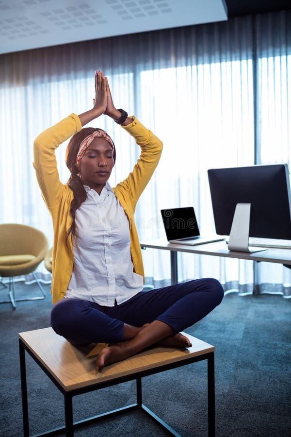 Πορτρέτο της επιχειρηματία που κάνει τη γιόγκα στοκ φωτογραφία