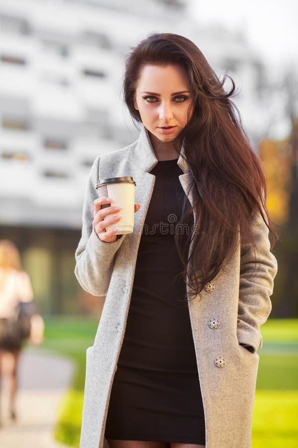 Πορτρέτο της επιχειρησιακής γυναίκας αυτοπεποίθησης με τον καφέ για να πάει nex στοκ φωτογραφία με δικαίωμα ελεύθερης χρήσης
