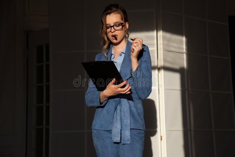 Πορτρέτο της επιχειρησιακής γυναίκας στις συζητήσεις μιας επιχειρησιακών κοστουμιών γραφείων εργασίας στοκ εικόνες