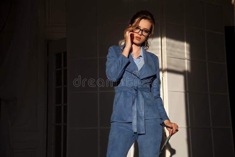 Πορτρέτο της επιχειρησιακής γυναίκας στις συζητήσεις μιας επιχειρησιακών κοστουμιών γραφείων εργασίας στοκ φωτογραφία με δικαίωμα ελεύθερης χρήσης