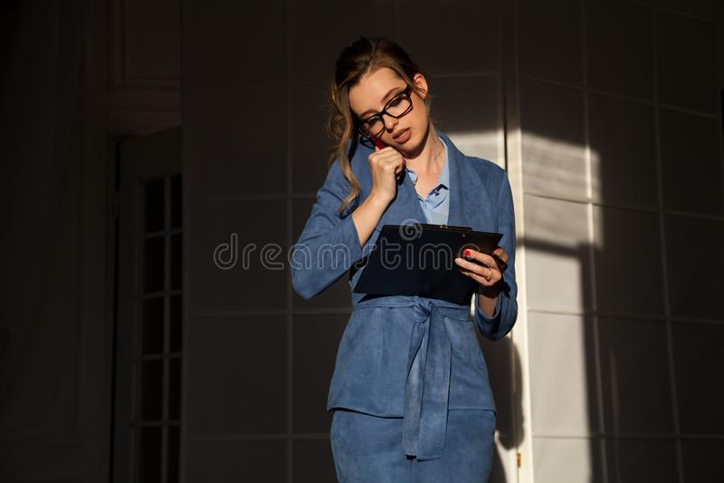Πορτρέτο της επιχειρησιακής γυναίκας στις συζητήσεις μιας επιχειρησιακών κοστουμιών γραφείων εργασίας στοκ εικόνες με δικαίωμα ελεύθερης χρήσης