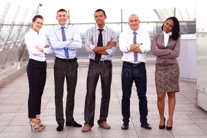 Πορτρέτο της επιχειρησιακής ομάδας έξω από το γραφείο στοκ εικόνες