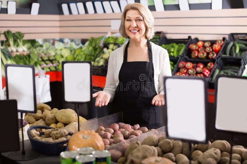 Πορτρέτο της εργασίας γυναικών χαμόγελου στο παντοπωλείο στοκ φωτογραφία με δικαίωμα ελεύθερης χρήσης
