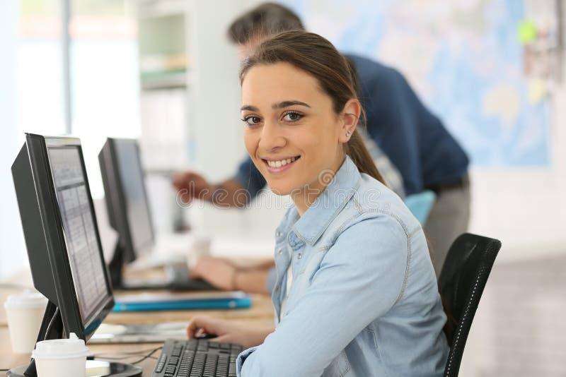 Πορτρέτο της εργασίας κοριτσιών κολλεγίων χαμόγελου στοκ εικόνες με δικαίωμα ελεύθερης χρήσης