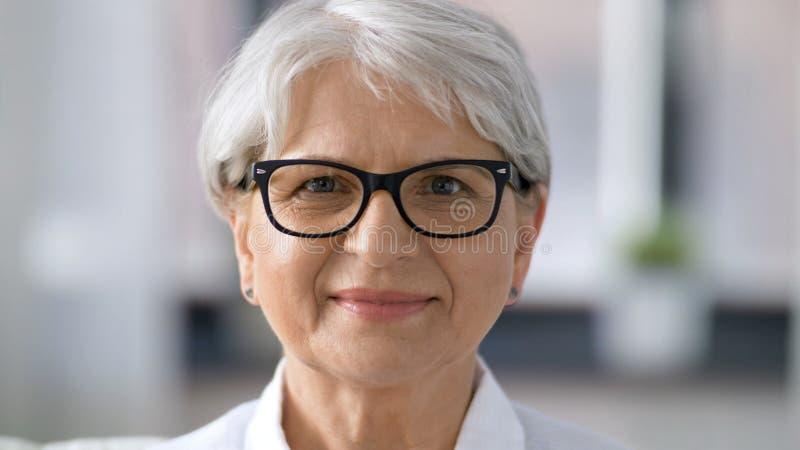 Πορτρέτο της ευτυχούς ανώτερης γυναίκας στα γυαλιά στοκ φωτογραφία με δικαίωμα ελεύθερης χρήσης