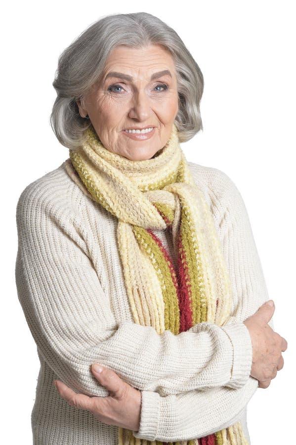 Πορτρέτο της ευτυχούς ανώτερης γυναίκας στο άσπρο υπόβαθρο στοκ εικόνα
