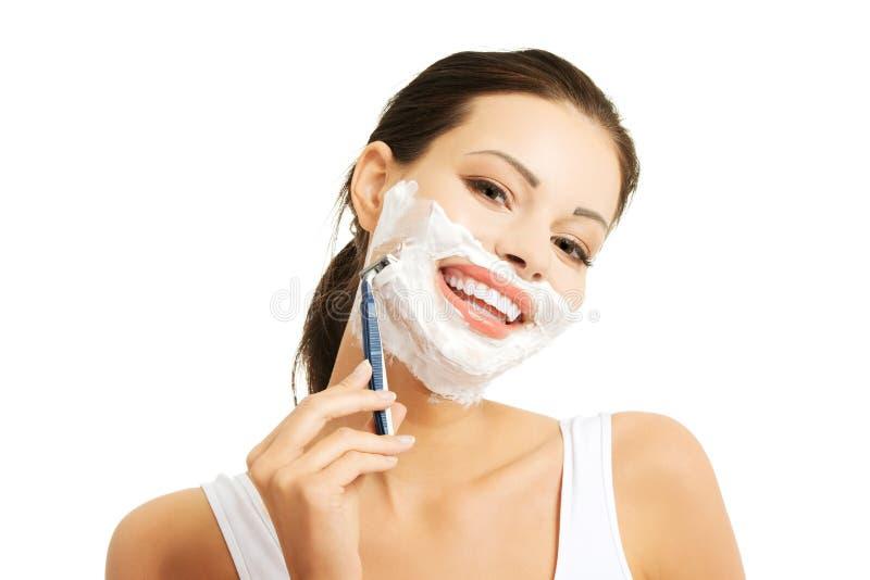Πορτρέτο της ευτυχούς γενειάδας ξυρίσματος γυναικών στοκ φωτογραφία με δικαίωμα ελεύθερης χρήσης