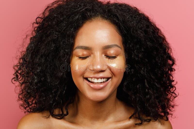 Πορτρέτο της ευτυχούς γυναίκας με τα μαξιλάρια πηκτωμάτων κάτω από τα μάτια της στοκ φωτογραφία με δικαίωμα ελεύθερης χρήσης