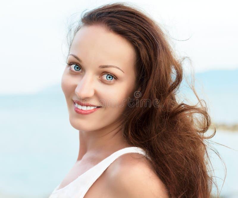 Πορτρέτο της ευτυχούς γυναίκας με τα μπλε μάτια στοκ εικόνες με δικαίωμα ελεύθερης χρήσης