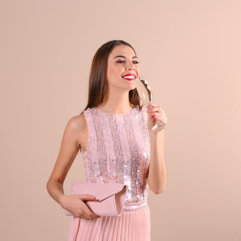 Πορτρέτο της ευτυχούς γυναίκας με τη σαμπάνια στο γυαλί και την τσάντα στοκ εικόνες με δικαίωμα ελεύθερης χρήσης