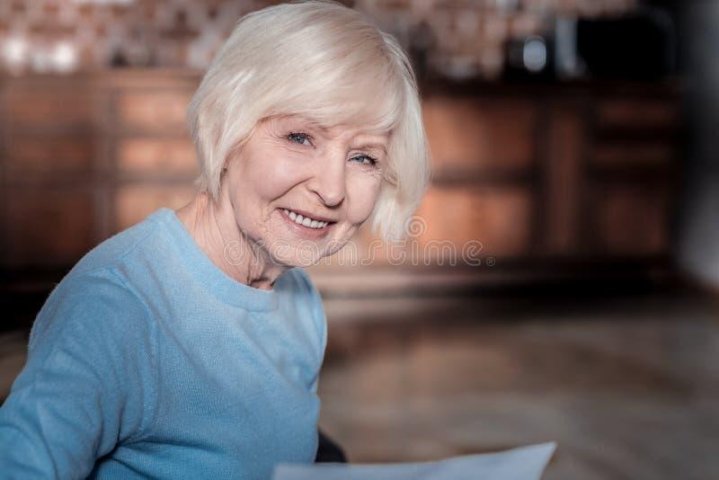Πορτρέτο της ευτυχούς γυναίκας που που θέτει στη κάμερα στοκ εικόνες