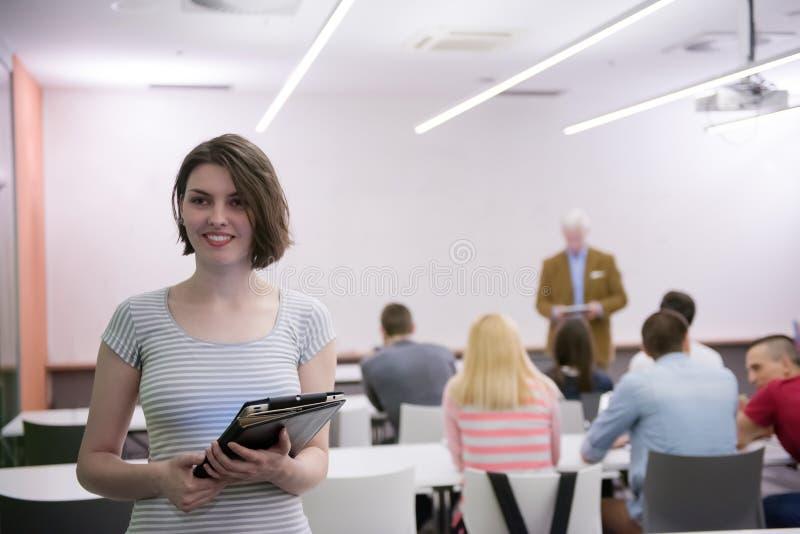 Πορτρέτο της ευτυχούς γυναίκας σπουδαστή στην τάξη στοκ εικόνες