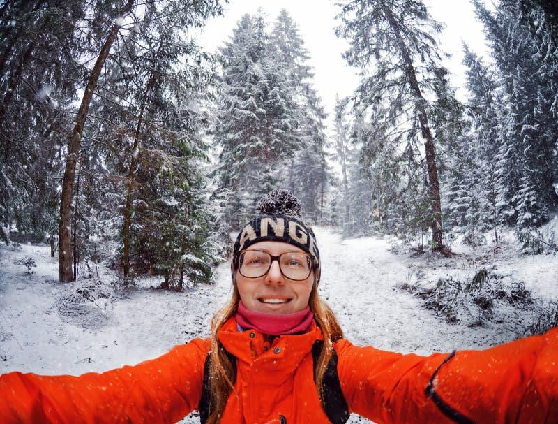Πορτρέτο της ευτυχούς γυναίκας στις χειμερινές διακοπές στα χιονώδη βουνά στοκ εικόνα με δικαίωμα ελεύθερης χρήσης
