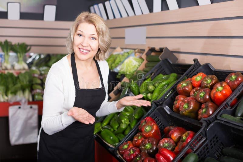 Πορτρέτο της ευτυχούς εργασίας γυναικών στο παντοπωλείο στοκ εικόνες με δικαίωμα ελεύθερης χρήσης