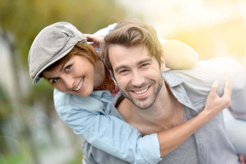 Πορτρέτο της ευτυχούς ερωτευμένης απόλαυσης ζευγών υπαίθρια στοκ εικόνες