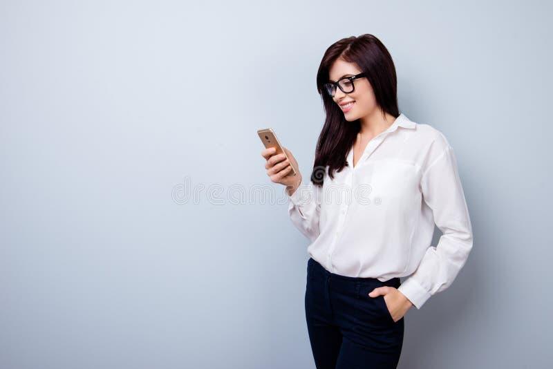 Πορτρέτο της ευτυχούς εύθυμης γυναίκας στο επίσημο κοστούμι που στέκεται με το εκτάριο στοκ φωτογραφίες με δικαίωμα ελεύθερης χρήσης