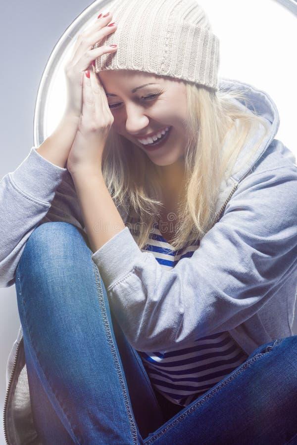 Πορτρέτο της ευτυχούς και γελώντας καυκάσιας ξανθής γυναίκας στο θερμό καπέλο στοκ εικόνες με δικαίωμα ελεύθερης χρήσης