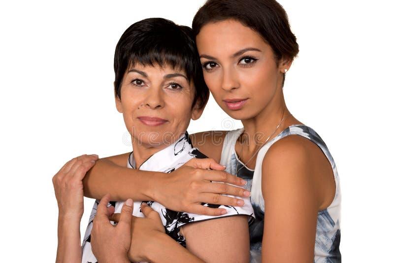 Πορτρέτο της ευτυχούς μητέρας και της νέας κόρης απομονωμένος στοκ φωτογραφία