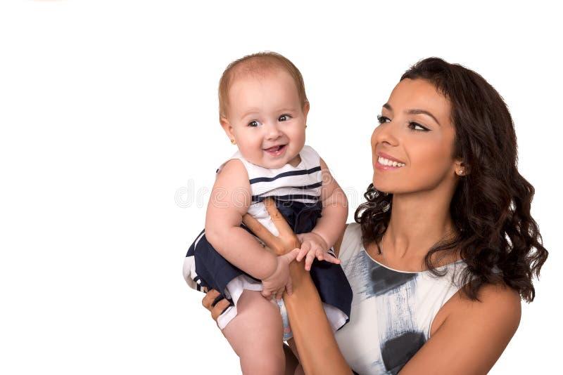 Πορτρέτο της ευτυχούς μητέρας και της νέας κόρης απομονωμένος στοκ εικόνες με δικαίωμα ελεύθερης χρήσης