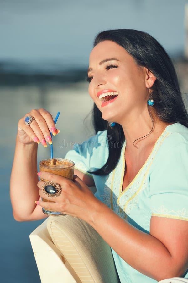 Πορτρέτο της ευτυχούς νέας γυναίκας με τον καφέ στοκ εικόνα με δικαίωμα ελεύθερης χρήσης
