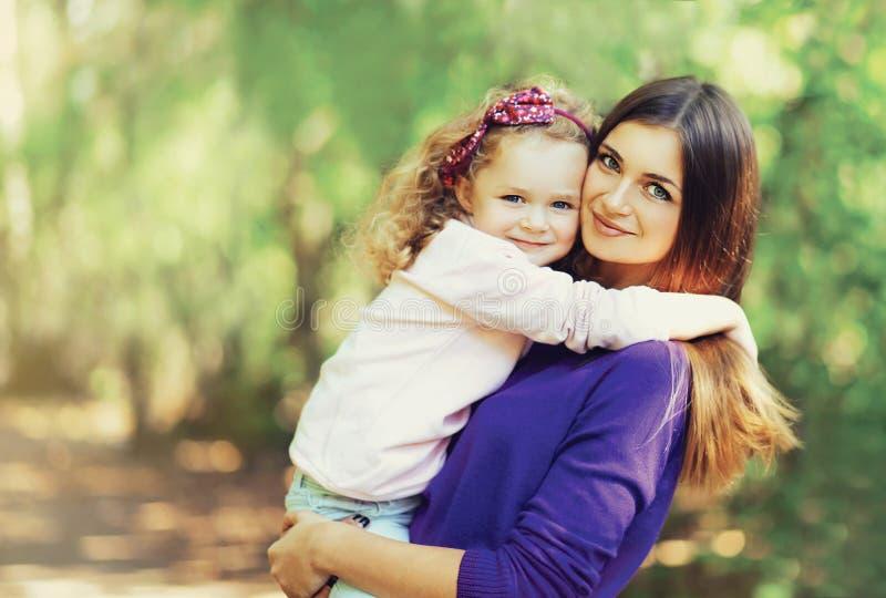 Πορτρέτο της ευτυχούς νέας μητέρας και του χαριτωμένου παιδιού υπαίθρια στοκ φωτογραφία με δικαίωμα ελεύθερης χρήσης